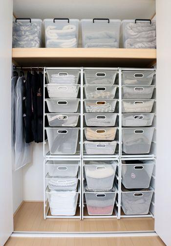 シーツや枕カバー、タオルケットなど頻繁に取り替える寝具は、プラスチック収納ケースに入れて取り出しやすく収納するのがおすすめ。透明なのでどこに何があるのか、ひと目で分かりますね。