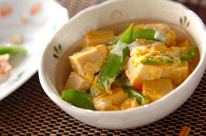 だしと卵のうまみは、高野豆腐と相性抜群。食べ応えがあるので、メインディッシュにもなります。 ご飯にかけて、どんぶりにしても◎
