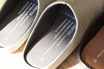 ワンポイントのスリット入り&脱いだときに見える靴底の色やデザインもおしゃれポイント。フェイクレザーを使用しているのでお手入れし易いのも嬉しいですね。