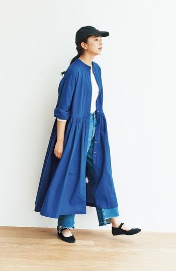 ワンピースをさらっと羽織った着こなしは、凛としたブルーが涼しげですね♪BBQやキャンプへ行きたくなるコーデです。前を閉じればワンピースにもなるアイテムは、持っていると便利な1枚です。
