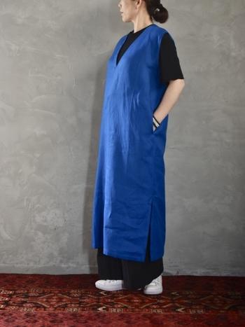 1枚で着るのに抵抗のあるワンピースは、下にTシャツやロングスカートをレイヤードするものいいですね。白やグレー、組みあわせる色によって印象が変わるので、いろいろなコーデを楽しめます。