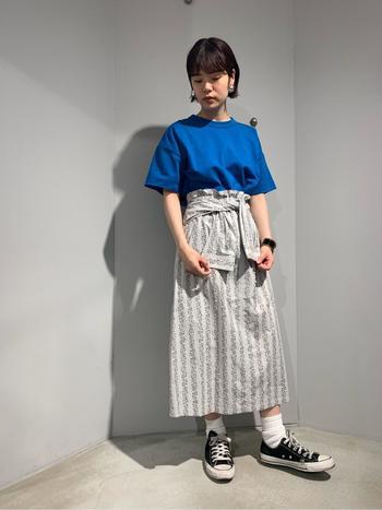 ぱきっとした色が印象的なブルーのTシャツに、ハイウエストのスカートをあわせて、きれいめカジュアルを意識。ちょっぴりオーバーサイズのTシャツをウエストインしてベルトマークすればスタイルアップして脚長効果も出ます。