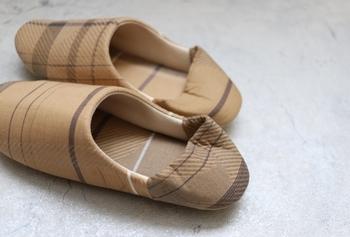 同じ柄が二つとないという品のあるチェック柄。 足元をおしゃれに引き立てます。  中綿入りでふかふか&履き心地もバツグン。 底面も滑りにくい仕様になっていますよ。