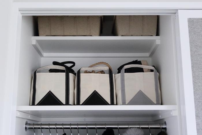 頻繁に使わないバッグは、大きなトートにまとめて収納するとかさばることなく収納することができます。クラッチバッグ、リュック…など種類ごとに分けてまとめて収納しておくと、探しやすく使う時に便利です。溜まってしまいがちなショップバッグの収納もこの方法がおすすめです。