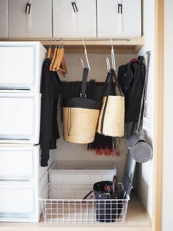 出番多めのバッグなら、ポールにフックを取り付けて引っかける収納が便利です。サッとかけられる場所だと床に置くこともなく、散らかり防止にも。ポールがなければ、突っ張り棒を取り入れると良いでしょう。