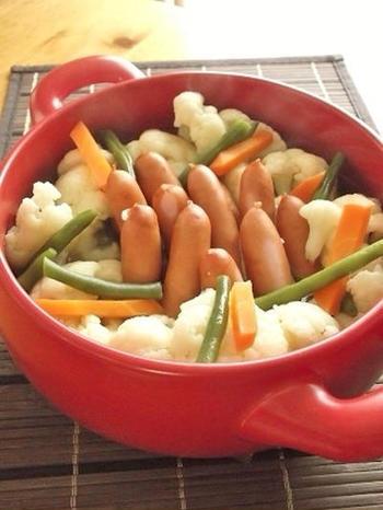 カリフラワーとソーセージを中華スープで煮込むポトフ。洋風だけでなく、中華ポトフも雰囲気が変わっていいですね。お子さんがいるご家庭にもおすすめ。