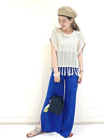 フレアになったシルエットが、クールなパンツ。鮮やかなブルーなので、サマーニットや透かし編みアイテム着ると、夏にぴったりのコーデになりますね。ロングワンピースにあわせて履いてもおしゃれにキマりそうです。