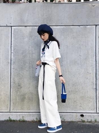 鮮やかなブルーは、差し色として取り入れてもGOOD!ホワイトコーデに青をプラスするだけで、夏っぽさと清涼感が漂います。カジュアルテイストのツートンコーデのときは、シンプルになりすぎないように、小物を駆使した着こなしで。