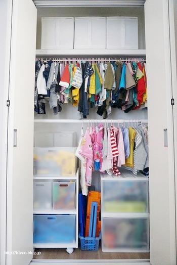 クローゼット内につっぱり棒を追加してポールを2段にし、子供服をかけて収納する実例。クローゼットの空間を有効活用できる上に、洗濯後にたたまず収納できるメリットも♪