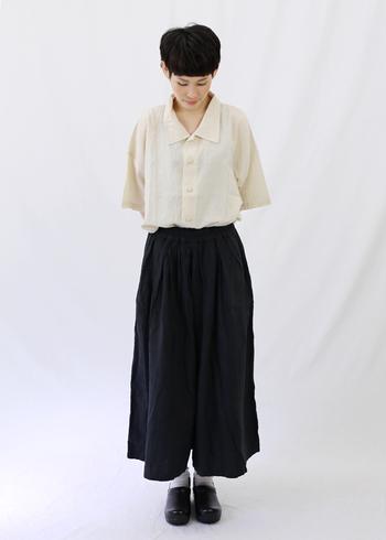ウエストギャザーのガウチョパンツなら、よりふんわりとした印象に。パンツコーデでありながら、スカートのようなフェミニンさも加わり、コーデの幅が広がります。
