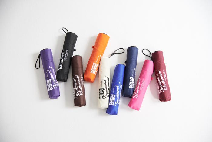 いつでも気にせずにバッグに忍ばせておける、超軽量タイプの小型折りたたみ傘も新登場。9色の豊富なカラーバリエーションにアイキャッチなロゴが配された便利アイテム。