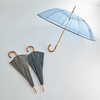 """人気のアンブレラバンブーに""""ビニール""""タイプが登場。バンブーにビニールという異素材な組み合わせが、目を引くアイテムです。今年も引き続きPVC素材がトレンドなので、傘をさすだけで旬な雰囲気に。"""