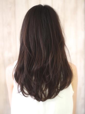 一方、レイヤーを入れたロングヘアは、上と下の髪の段差によって、先ほどと比べ軽やかな雰囲気になったのが分かります。
