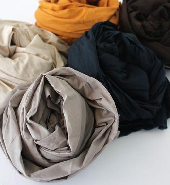綿(コットン)はやわらかく優しい肌触りで、付け心地抜群。冬は温かく夏は涼しいので、オールシーズン使うことが出来ます。そして、なんといっても生地がしっかりしているので、何度洗濯しても弱りにくいのが嬉しいですね。