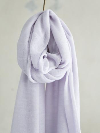 カシミヤ山羊からとれる高級素材です。「繊維の宝石」とも呼ばれるその繊細さとしなやかさは、女性らしさを際立たせてくれます。繊細な素材な分とてもデリケートなので、洗濯は控えめにたり、毛並みを整えるなどのお手入れは必要です。