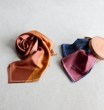 言わずと知れた高級素材 絹(シルク)はタンパク質で出来ており、第二の肌と呼ばれるほど肌馴染みの良い素材。品の良い光沢感が美しく、エレガントな雰囲気に導いてくれます。また、紫外線を吸収してくれる頼れる効果も。