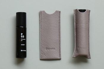 香りは全部で6種類。夏にはP02「アップビート」の香りがおすすめです。専用のレザーケースもついているので、おでかけにも持っていきやすいですね。