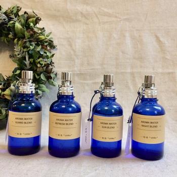 100%天然精油を使ったアロマウォーターです。薬瓶のような美しいブルーのガラス瓶も素敵ですね。お洋服にシュッとふきかけると、やわらかく香ってくれます。