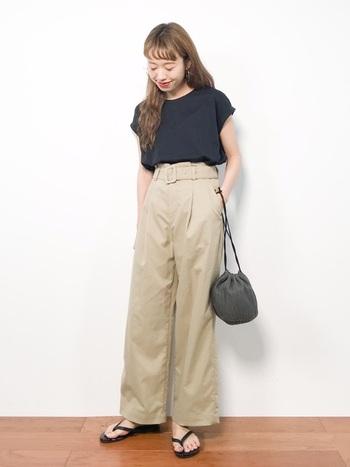 ウエストベルトが付いたパンツに黒のカットソーをINして。フレンチシックな中にも、トングサンダルや巾着バッグで遊びを入れれば日本ならではのカジュアルさもミックスできます。