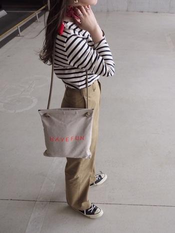 トップス・ボトム・足元まではいつもの組み合わせかもしれません。ここに、スカーフ、スカーフと同じカラーのロゴが入ったバッグを合わせれば、パリを意識したコーデに早変わり!