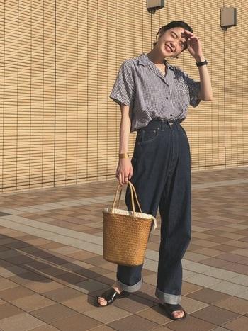 ブラックデニムにモノトーンのギンガムシャツを。サンダルや時計は黒でまとめ、バッグにパキッとしたさし色を入れましょう。