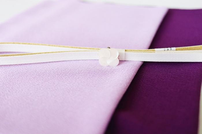 帯を固定するための「帯締め」、そしてアクセサリー的なアクセントになる「帯留め」。この二つを同系色にすると、とっても上品な感じになりますね。何色の着物に合わせるかによっても変わります。  小物だけこうして合わせて思いめぐらせるのも楽しいもの。