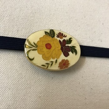 こちらは、アンティークのブローチのような帯留め。上品でレトロな雰囲気を添えてくれますよ。  たくさん色が入っているので、ひとつ色を合わせて帯留めからコーディネートを広げていくのも素敵。