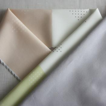 こんなアシンメトリーな色の配置も素敵。  柔らかな色合いは、配色の斬新さを和らげ顔周りをはんなりとした雰囲気に演出します。