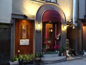 松本駅から徒歩約15分。松本城の近くにあるナポリピッツァ専門店「Pizza Verde Matsumoto」。