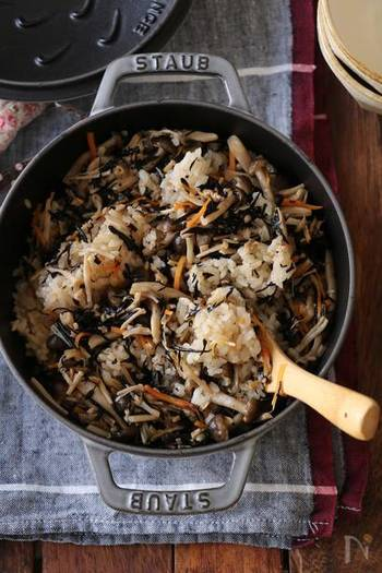 冷めても美味しい「きのことひじきの炊き込みご飯」。ひじきにはビタミンAや食物繊維も豊富です。お昼のお弁当におにぎりにして持っていくのも◎。