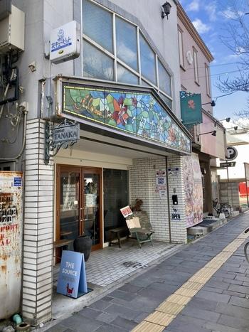 松本駅の東口から徒歩約12分の距離にあるパスタとカレーがおいしい「ザ ソース ダイナー」。「花のタナカ」とかかれた看板に、うっかり通り過ぎてしまいそうになりますが、扉を開けるとそこには素敵なレストランが。
