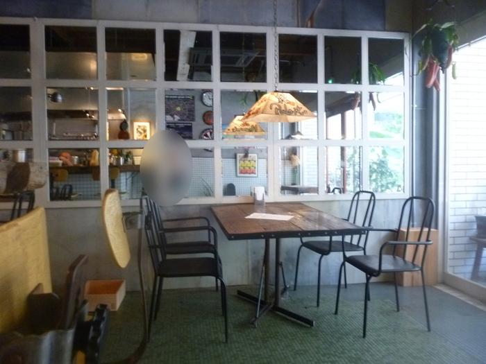 店主こだわりの家具やインテリアアイテムで作られた店内は、まるで海外のレストランにいるみたい。カウンター席もあるので1人でふらりと訪れても◎