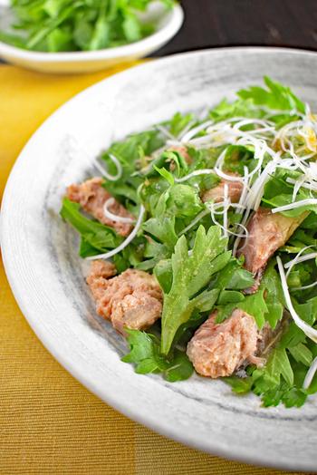 和えるだけのさば缶と春菊のサラダです。美味しくいただくポイントは、アツアツに熱したごま油を食べる直前にかけること。香ばしい風味豊かな味わいが楽しめます。