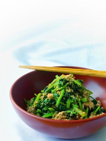 お弁当用に胡麻和えを作るときは、ほうれん草を短めにカットしてあげると、小さな場所にも収まり良く、美しく作れます。