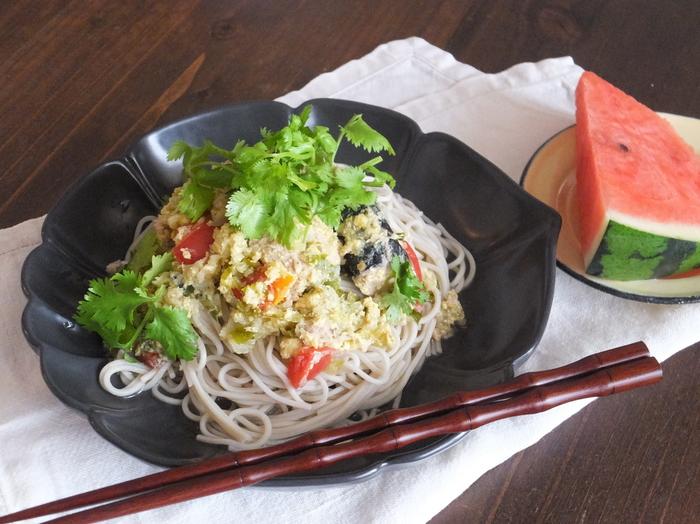 ナンプラーとめんつゆで鯖缶特有のくさみが気にならなくなります。トマトと卵も入って、栄養もたっぷり。トッピングにパクチーをたっぷりとのせると、よりエスニック感が強まります。