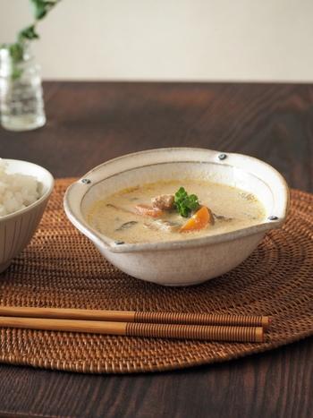 鯖味噌と豆乳を合わせたクリーミーなスープは、洋風にも和風にもマッチする万能スープです。浮き実にグリーンを添えると、より美味しそうに見えます。