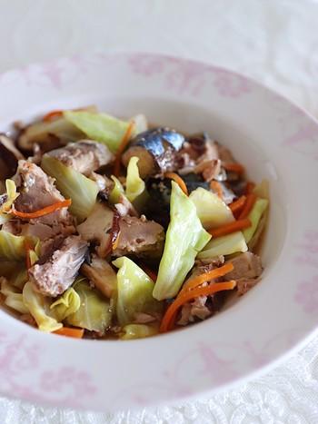 冷蔵庫に残っているお野菜を鯖缶と一緒に中華蒸しにすると、ボリュームが減って、お野菜の量をたくさん食べることができるようになります。