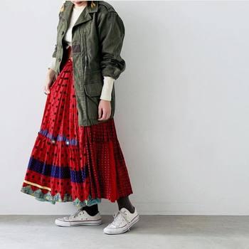 キュートでインパクト大のドット柄のプリーツスカートはオーバーサイズのカーキジャケットを合わせるとこなれ感を演出することができます。