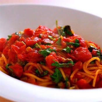 トマトのパスタにはパセリやバジル……というイメージを見事に払拭してくれるレシピですね。  パクチーの強い香りとトマトと酸味が楽しめるお品です。