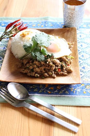 目玉焼きも美味しそうなボリュームたっぷりのガパオライス風レシピは、休日のランチに是非♪お好みの辛さでいただきましょう。