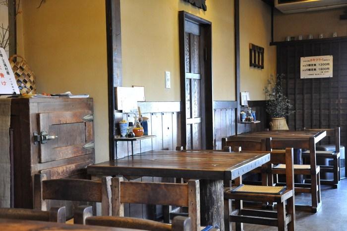 店内で使用されている椅子やテーブルのほとんどは昭和49年の開店当初から使い続けており、さらに椅子は昔、深志高校で使われていたものなんだそう。 店内奥の大テーブルは、民家の梁を改造して作ったもので、どちらも使い込むほど味わい深くなっていく、そんないつ訪れても懐かしくあたたかい気持ちになれる空間が広がっています。