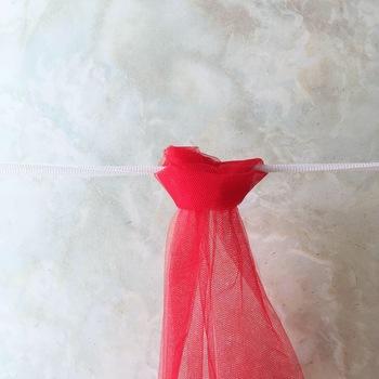 画像はゴムを巻き込んで結んだところです(わかりやすいように裏表を逆にしています)。これをゴム全体に繰り返して、縫わないチュールスカートが完成です。チュール生地の幅、長さ、生地の柔らかさによって、さまざまな雰囲気のスカートが作れますので、ぜひお試ししてはいかがでしょう。