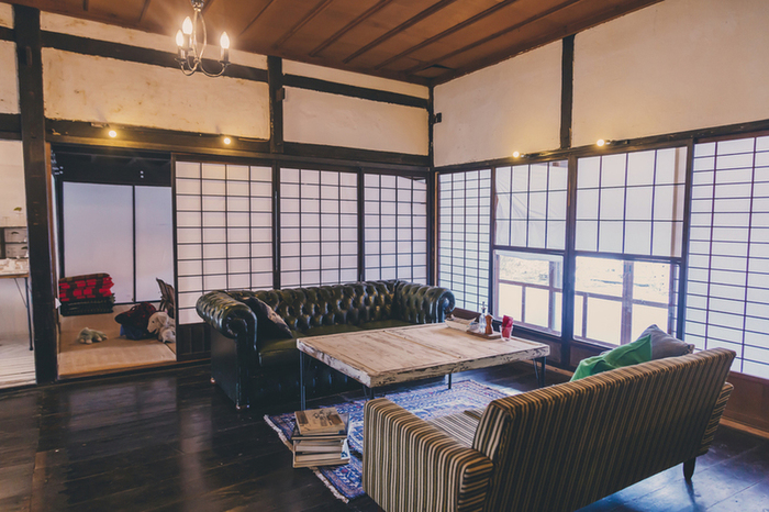 築100年の古民家を写真家とデザイナーのご夫婦で改修し、ビオ・カフェとして、2013年秋にオープンしたcoudo。広々とした店内には、手作りのテラスがあったり、ゆったりとしたソファ席があったりして、居心地抜群。