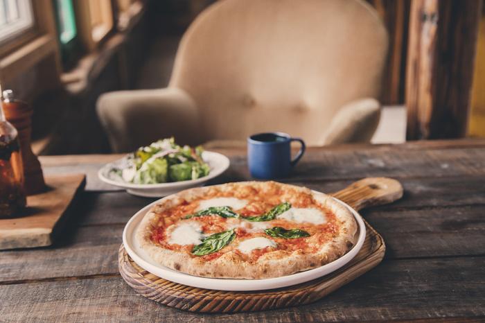手作りの窯で、約400℃で焼いたピザは、土日や祝日にいただくことができるので、お出かけ前に公式サイトをチェックしておくと◎。他に、卵、乳製品、白砂糖を使わず、玄米と豆乳で作ったサクサクしてもっちりのドーナツも人気があります。