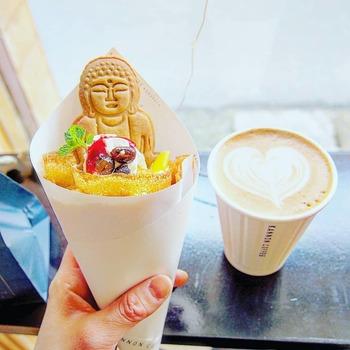 美味しいコーヒーももちろんですが、オリジナルのクレープや大仏様を象ったクッキーなんかもあり、まさにインスタ映え間違いなしのコーヒーショップです。