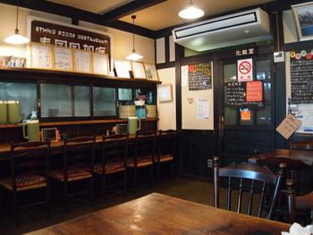 2人掛けのテーブル席×1、4人掛けのテーブル席×3そしてカウンター5席の、昭和レトロな雰囲気が心地よい店内。