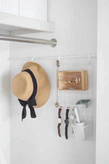 こちらは突っ張り棒とワイヤーネットの合わせ技! 突っ張り棒をアレンジすれば、クローゼット内にアクセサリーから帽子まで収納できるコーナーを作ることができます。細かいピアスなどもちょっとしたボックスがあれば、ポンと入れられますね。