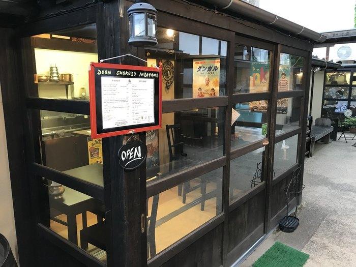 入り口から向かって右奥に「日本一小さなインド家庭料理 ドーン食堂 印度山」があります。店名の通りに店内は6席だけ。こじんまりとしていますが、ガラス窓に囲まれた明るい店内では本格的なインドカレーをいただくことができます。