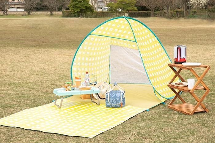 こちらのテントはパッと開くだけで簡単にテントを設営することが出来る優れもの。UVカット加工・撥水加工でもしもの雨・風対策もバッチリ!