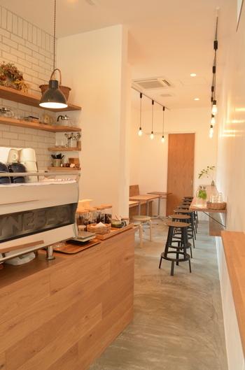 奥行きのある店内はシンプルな内装で心地よい、大人の有意義なスペースです。